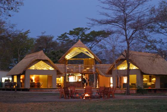Elephants_eye_Hwange_Safari_Simbabwe
